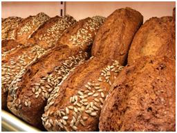 De bakker maakt brood.