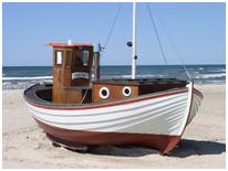Een boot op het strand.